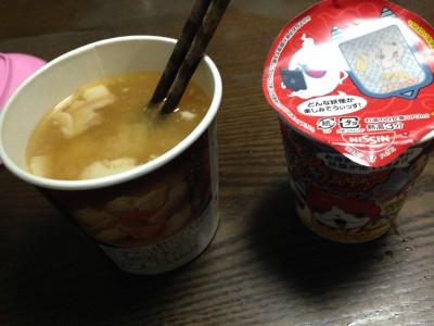 妖怪ウォッチカップラーメンと豚汁の比較